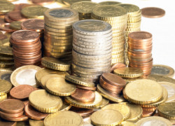 Euro a ajuns luni dimineaţă la cel mai scăzut nivel faţă de dolar din ultimii patru ani